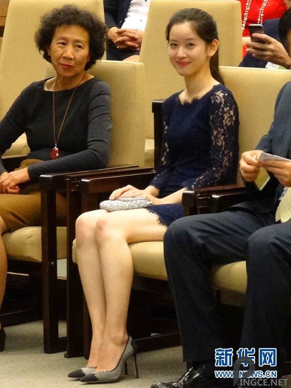 刘强东巴塞罗那领奖 奶茶妹陪同